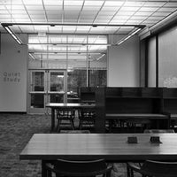 Das Foto wurde bei MIT Dewey Library (E53-100) von Remlee G. am 9/29/2011 aufgenommen