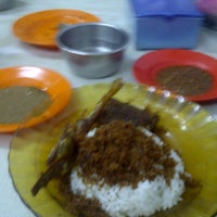 Photo taken at Ayam Goreng Bu Haji by Della A. on 6/15/2012