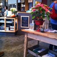 Foto tirada no(a) Cafe Flora por Ziad I. em 12/26/2011