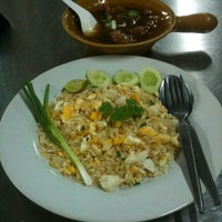 Photo taken at Mueang Thong Crab-meat Fried Rice 1 by Pariphat T. on 6/18/2012