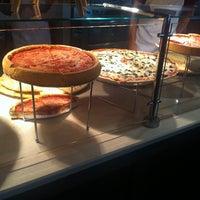 Foto scattata a Pete's Pizzeria & Bakehouse da Rob B. il 5/30/2012