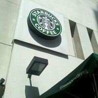 Foto tirada no(a) Starbucks por Ricardo U. em 4/15/2011