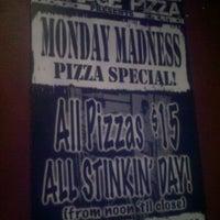Foto tomada en Garage Pizza por Dave V. el 5/27/2011