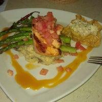 Foto tomada en La Parrilla Mexican Restaurant por Melynah K. el 10/10/2011