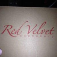 Foto tomada en Red Velvet Cupcakery por Riss W. el 8/24/2012