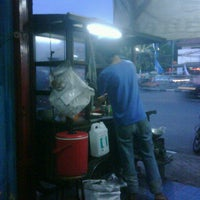 Photo taken at Bakmi Djawa Pak Ihsan by Lintang H. on 6/28/2011