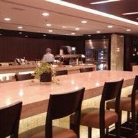 Das Foto wurde bei Singapore Airlines SilverKris Lounge von Anne M. am 1/10/2012 aufgenommen
