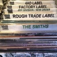 Das Foto wurde bei Rough Trade Records (West) von Tim P. am 9/9/2012 aufgenommen
