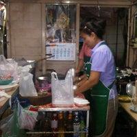 Photo taken at ร้านกุ๊กกิ๊ก อาหารตามสั่ง by กิ๊ฟเก๋ ช. on 1/10/2012