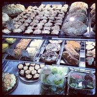 Foto tomada en Dahlia Bakery por Myra K. el 5/8/2012