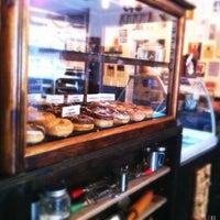 รูปภาพถ่ายที่ Dun-Well Doughnuts โดย Kate T. เมื่อ 8/25/2012