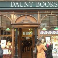 Foto tomada en Daunt Books por Victor C. el 5/12/2012