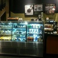 Foto diambil di Starbucks oleh Eloisa R. pada 5/12/2012