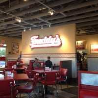 Photo prise au Freddy's Frozen Custard and Steakburgers par Freddy Q. le2/25/2012