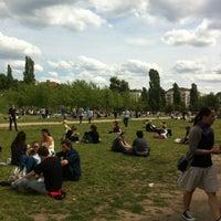 Das Foto wurde bei Mauerpark von Aline A. am 6/10/2012 aufgenommen