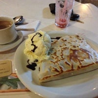 Photo taken at Crepe au Chocolat by Lourenço Luitgards M. on 7/23/2012