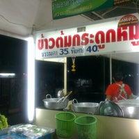 Photo taken at ข้าวต้มกระดูกหมูพัฒนาการ by POTTAMAN ® on 12/21/2012