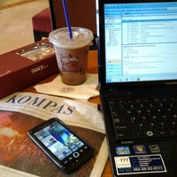 Photo taken at The Coffee Bean & Tea Leaf by Deny L. on 7/5/2013