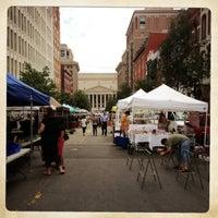 Foto tomada en Penn Quarter FRESHFARM Market por Katalin E. el 6/20/2013