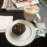 Das Foto wurde bei Starbucks von Mario B. am 6/29/2017 aufgenommen
