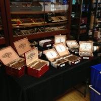 รูปภาพถ่ายที่ Signature Cigars โดย Eddie T. เมื่อ 6/7/2013