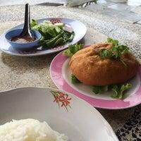 Photo taken at ร้านอาหารเจ๊แดง (ต้นตำรับไข่ฟก) รัตภูมิ by Anucha V. on 11/17/2013