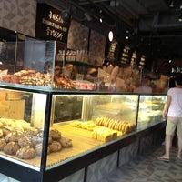 Photo prise au Sunflour Bakery & Café par Eva L. le7/20/2013
