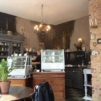 Photo prise au Louise Chérie Café par Marjolein v. le4/13/2013