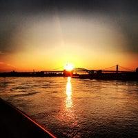 Foto tirada no(a) East River Promenade por Kerry C. em 6/20/2013