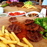 Foto tirada no(a) Steak House & Cadde Cafe por Müzeyyen A. em 4/19/2014
