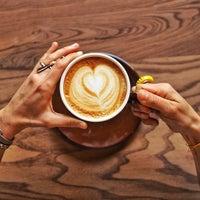 รูปภาพถ่ายที่ Two Cups Coffee โดย Tat Dedektifi เมื่อ 6/17/2015