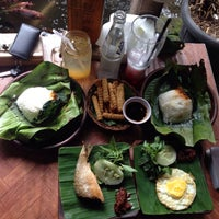 Photo taken at Pondok Jowi Spesial Nasi Bakar by Biann G. on 2/25/2016