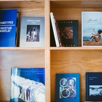 Photo prise au Dashwood Books par Compass le5/19/2014