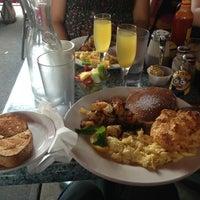 Снимок сделан в Dizzy's Diner пользователем Emmanuel L. 7/13/2013