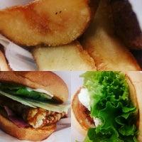 Photo taken at Freshness Burger by Masayoshi T. on 8/19/2016