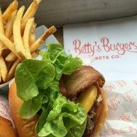 Das Foto wurde bei Betty's Burgers von Steven D. am 6/9/2016 aufgenommen
