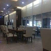 Foto tomada en Istanbul Flower Restaurant & Cafe por Dilara Ş. el 4/10/2017