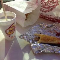 8/17/2013 tarihinde Kevin L.ziyaretçi tarafından Z Burger'de çekilen fotoğraf