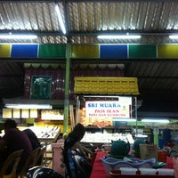 Photo taken at Medan Ikan Bakar Umbai-Pernu by Jue K. on 2/3/2013
