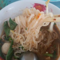 Photo taken at ก๋วยเตี๋ยววังชะโอน by Sherlyn S. on 2/4/2015