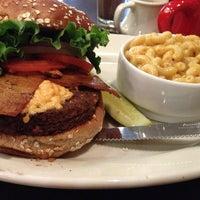 Foto diambil di Chicago Diner oleh Kamaria P. pada 4/9/2013