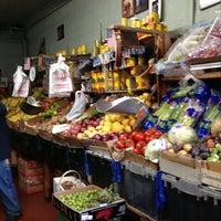 รูปภาพถ่ายที่ Alba Produce โดย William S. เมื่อ 10/25/2012