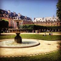 7/27/2013 tarihinde Sam S.ziyaretçi tarafından Place des Vosges'de çekilen fotoğraf
