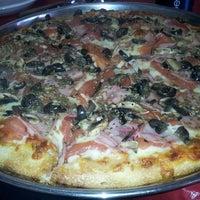 Foto tomada en Pizzaland por Constanza R. el 8/24/2013