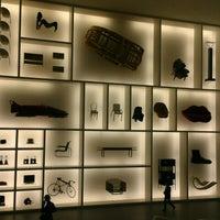 Снимок сделан в Pinakothek der Moderne пользователем Erik C. 12/23/2012