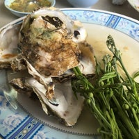 Photo taken at Rub Lom Seafood by Pimpinit S. on 4/16/2017