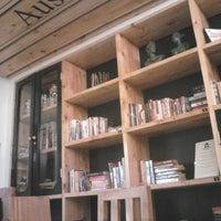 Снимок сделан в Tweedle Book Cafe пользователем Amiel Jason D. 5/15/2015