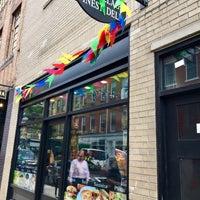 Das Foto wurde bei West Village Finest Deli von Rachel K. am 9/14/2017 aufgenommen