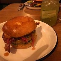 Das Foto wurde bei Otto's Burger von Tempus Fugit am 4/29/2017 aufgenommen