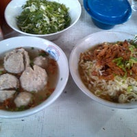 Photo taken at Mie Ayam & Baso Bang Zaenal by Pulih H. on 4/27/2014